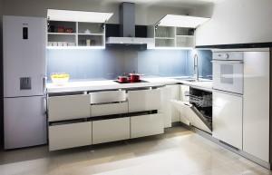 moderna-bijela-kuhinja-crno-staklo-visoki-sjaj