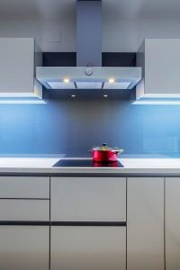 moderna-bijela-kuhinja-po-mjeri-crno-staklo-napa-gorenje