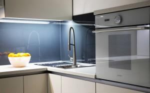 moderna-bijela-kuhinja-po-mjeri-crno-staklo-pecnica-gorenje