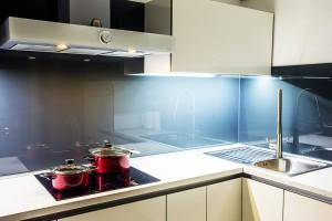 moderna-bijela-kuhinja-po-mjeri-crno-staklo-ploca