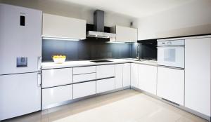 moderna-bijela-kuhinja-visoki-sjaj-crno-staklo-gorenje