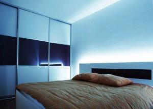 moderna-spavaca-soba-klizni-ormar-staklo-dekor