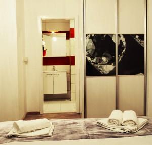 moderna-spavaca-soba-ormar-kupatilo