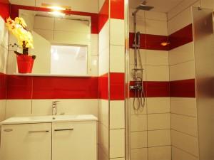 moderni-crveno-bijeli-zahod-kabina